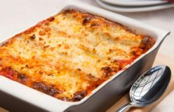 Baked spinach and ricotta cannelloni with tomato sauce